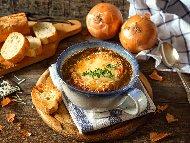 Печена лучена супа с кашкавал и запържени крутони